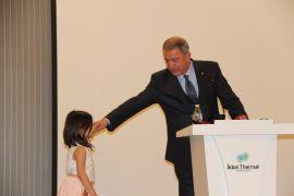 Bakan Akar, konuşmasını bölerek küçük çocuğu sevdi