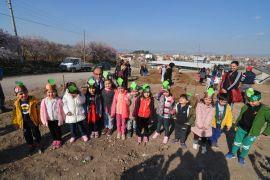 Başkan Mustafa Çöl, öğrenciler ile ağaç dikti
