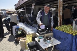 Çörek otu yağını pazarda üretiyor