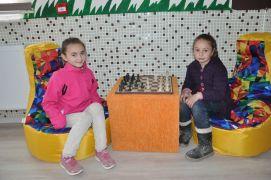 Minikler bir araya gelip köy okuluna kütüphane kurdu