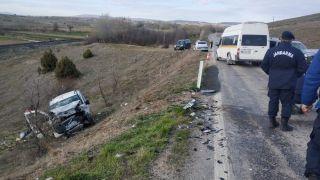 İki araç kafa kafaya çarpıştı, 5 yaralı