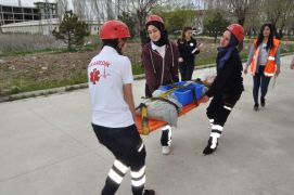 Paramedik öğrencileri zorlu parkurlarda hayat kurtarmaya çalıştı