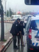 Polis ekipleri yaşlı adamı evine kadar resmi araçla götürdü