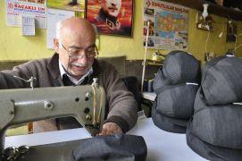 Unutulmaya yüz tutmuş şapkacılık mesleğini 55 yıldır yapıyor