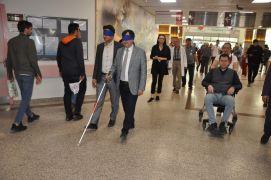 Devlet Hastanesi Başhekimi Mehmet Duran, gözleri bağlı olarak danışmaya gitmeye çalıştı