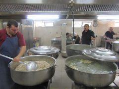Günlük 4 bin kişiye iftar yemek hazırlıyorlar