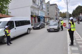 Yol kontrolü yapan öğrenciler sürücülerden trafik kurallarına uymalarını istedi