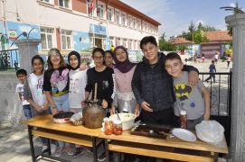 Şuhutlu minik öğrenciler okul yararına yıl sonu kermesi düzenledi