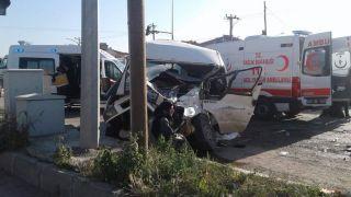 Afyonkarahisar'da tır ile minibüs çarpıştı, 14 yaralı