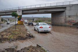 Afyonkarahisar-İzmir karayolunda biriken su uzun araç kuyrukları oluşturdu
