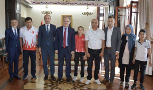 Avrupa 3.'sü Eda Nur Ersoy, Vali Mustafa Tutulmaz'ı ziyaret etti