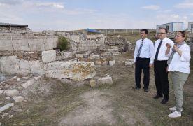 Vali Tutulmaz, kazı çalışmaları süren Amorium Antik Kenti'nde incelemelerde bulundu