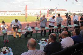 Afyonkarahisar'da kamu çalışanları ile STK Temsilcileri halat çekme yarışı yaptı