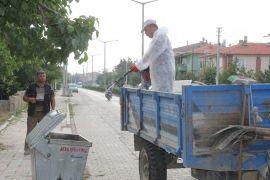 Şuhut'ta çöp bidonları dezenfekte ediliyor