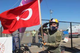 Asker üniforması giyip, Türk Bayrakları ile motosiklet gösterisi yaptılar
