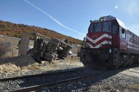 Afyonkarahisar'da tren hafriyat kamyonuna çarptı: 1 yaralı