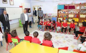 Başkan Zeybek ilkokul öğrencilerini ziyaret etti