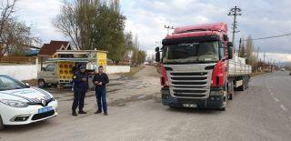 Jandarmadan kamyon şoförlerine bilgilendirme ve sıcak çay ikramı