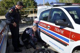 Şuhut Jandarma Trafik ekiplerine kış lastiği uygulaması