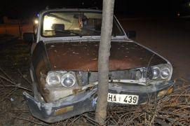 Direksiyon hakimiyetini kaybeden sürücü ağaca çarptı: 1 yaralı