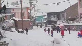 Köy okulunda minik öğrencilerin kar sevinci