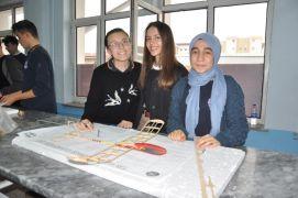Lise öğrencileri model uçak yaptı
