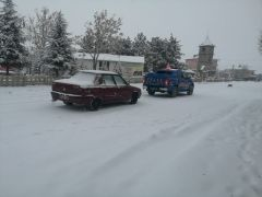 Bolvadin'de kar ve tipi nedeniyle kapanan köy yolları açıldı