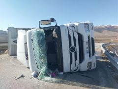 Dinar'da kontrolden çıkan tır bariyerlere çarparak durabildi: 2 yaralı