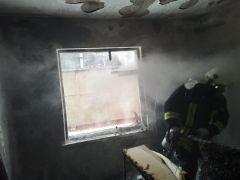 Evde çıkan yangından 1'i çocuk 3 kişi etkilendi