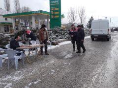 Soğuk havada jandarmadan sürücülere sıcak çay jesti
