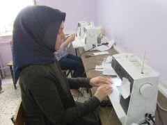'Gönüllü Hanımlar' maske üretimi için makine başında