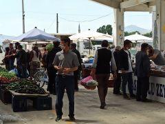 Afyonkarahisar'da kurulan pazar yerinde sosyal mesafeyi yine hiçe saydılar