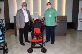 Afyonkarahisar Belediyesi'nden çocuk sahibi olan ailelere bebek arabası