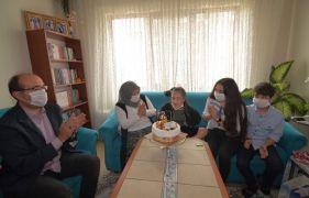 Down sendromlu genç kıza doğum günü sürprizi