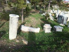 Roma döneminden kalma sütun parçası ve taşlar taşınmayı bekliyor