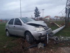 Aydınlatma direğini çarparak deviren otomobilde 3 kişi yaralandı