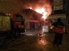 Bolvadin'de çıkan yangında 10 iş yeri alevlere teslim oldu