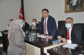Halk toplantısında katılan vatandaşlar validen tablet istedi