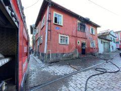 Bacada çıkan yangın eve sıçradı, 2 oda yanarak kullanılamaz hale geldi
