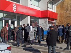 Banka önlerinde sosyal mesafenin unutulduğu kuyruklar oluştu