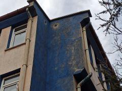 Binanın çatısındaki hava boşluğunda mahsur kalan kediyi itfaiye ekipleri kurtardı