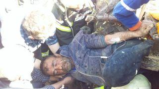 Devrilen traktördeki 2 yaralıyı kurtarmak için zamana karşı yarış verildi