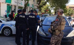 İzin belgesi sorulunca tartıştığı polisi görüntülemeye başladı