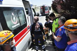 Karı koca çift şarampole devrilen otomobilde yaralandı