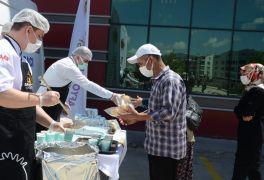 Devlet Hastanesi'nde aşı kuyruğuna girenlere çorba ikramı yapıldı