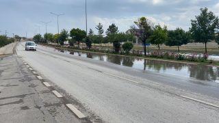 Su birikintisi sürücülere zor anlar yaşattı
