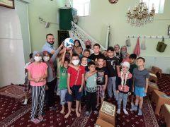Hayırsever iş insanından Kur'an kursu öğrencilerine futbol topu hediyesi